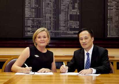 Deirdre Somers ISE CEO and Dr Que Bo, executive vice president of the SSE